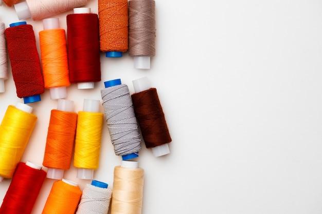 Bobines de fils colorés sur fond blanc