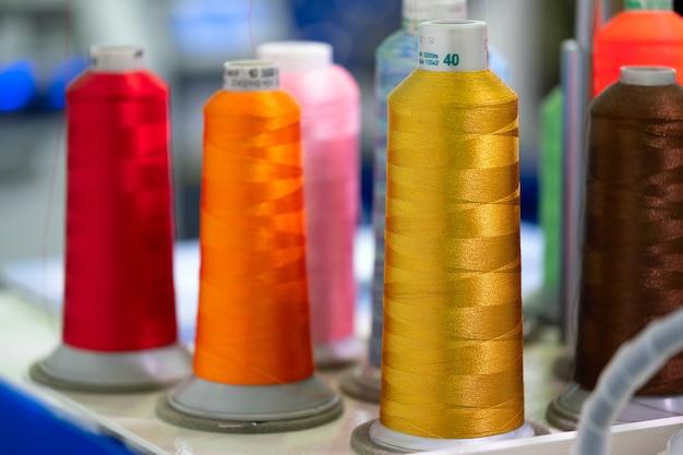 Bobines de laine et de fil utilisées dans l'industrie textile