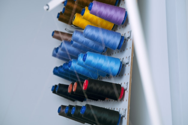 Bobines de machine à coudre avec des fils colorés