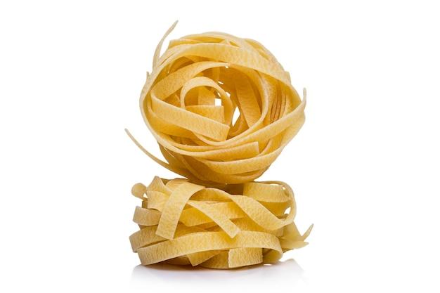 Bobines de pâtes ou nouilles italiennes séchées sur blanc