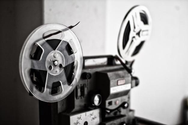 Bobines de projecteur vintage 8 mm dans une pièce sombre