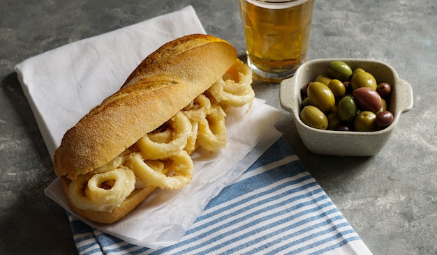 Bocadillo con calamares ou sandwich au calmar avec de la bière