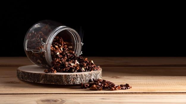 Bocal aux noix sur planche de bois