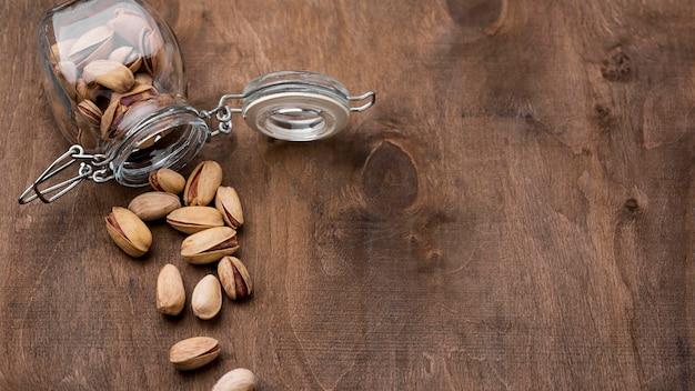 Bocal en verre retourné avec espace copie de pistaches grillées