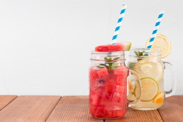Bocaux avec des boissons aux saveurs de fruits