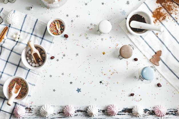 Bocaux de bonbons sur la table avec des biscuits et des bonbons
