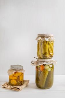 Bocaux de délicieux légumes fermentés