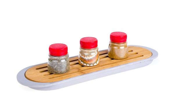 Bocaux avec épices séchées en poudre, herbes
