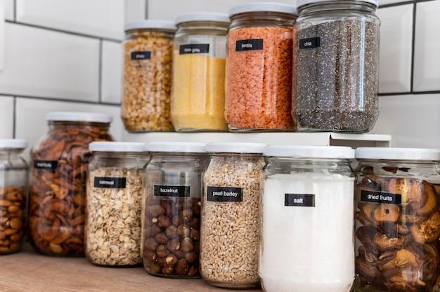 Bocaux avec des graines sur des étagères