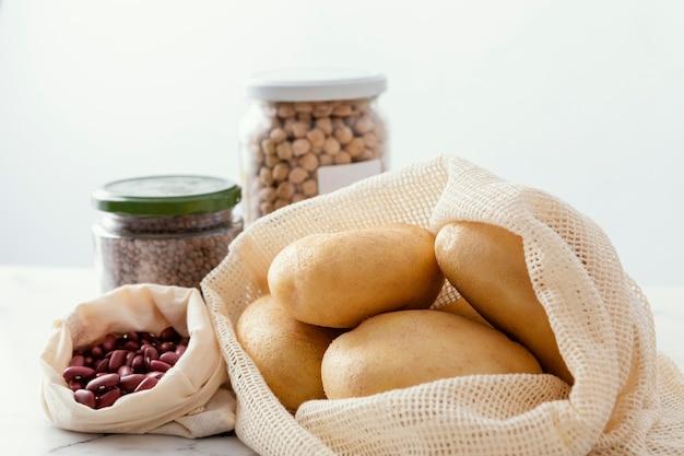 Bocaux avec des haricots sur la table