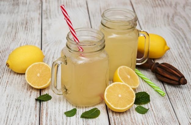Bocaux de jus de citron