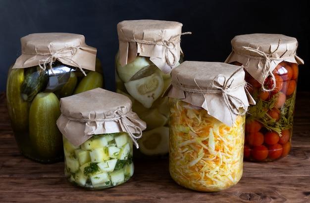 Bocaux avec des légumes en conserve