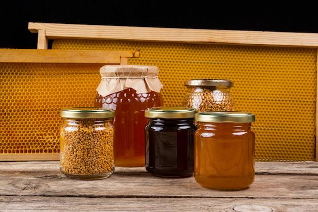 Bocaux de miel avec nid d'abeille