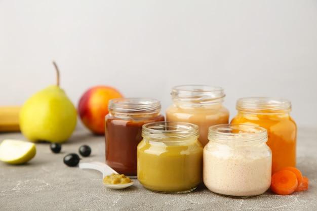 Bocaux en verre avec des aliments nutritifs pour bébé