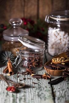 Bocaux en verre aux épices parfumées dans un style rustique