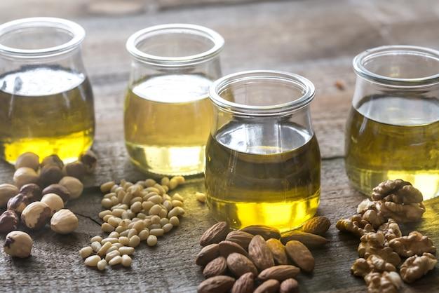 Bocaux en verre avec différents types d'huile de noix