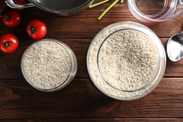 Bocaux en verre avec du riz sur la table de la cuisine