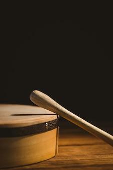 Bodhran irlandais traditionnel et bâton