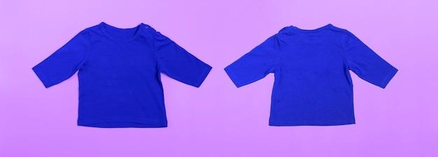 Body bébé maquette à manches longues en bleu sur fond rose. bannière