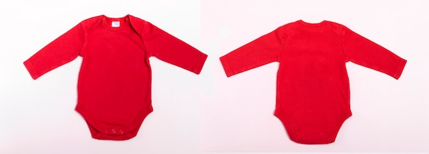 Body bébé maquette à manches longues en rouge sur fond blanc. bannière