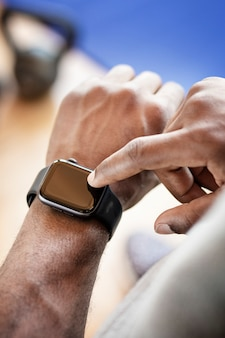 Bodybuilder à l'aide d'une smartwatch