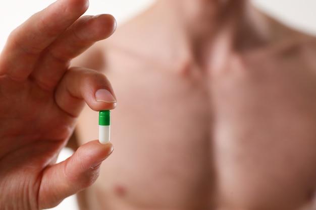 Bodybuilder athlète prend la drogue sous la forme