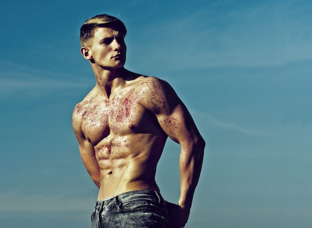 Bodybuilder athlétique pose comme hercule