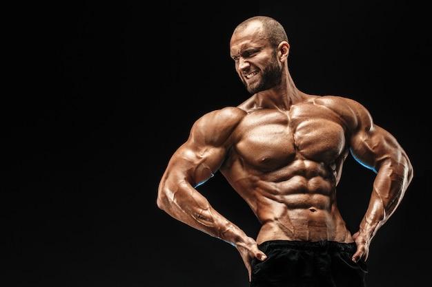 Bodybuilder chauve fort avec six pack.