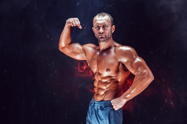 Bodybuilder chauve fort avec six pack