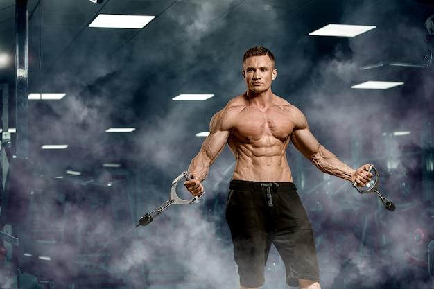 Bodybuilder dans une salle de sport