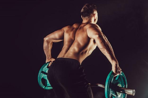Bodybuilder, faire de l'exercice pour les muscles du dos avec une barre