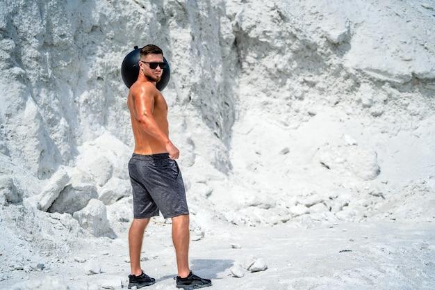 Bodybuilder fort brutal posant en plein air