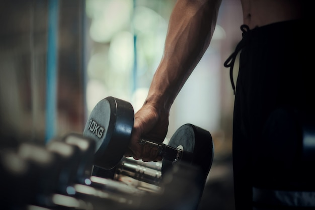 Bodybuilder fort avec des muscles deltoïdes parfaits