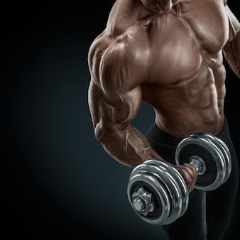 Bodybuilder fort et puissant, faire des exercices avec haltère