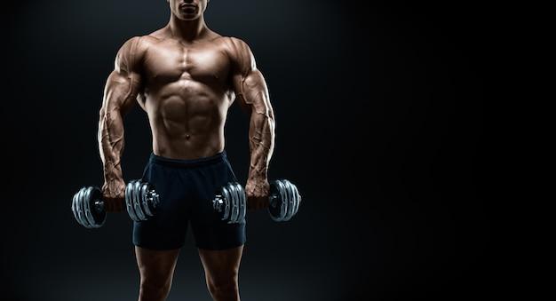 Bodybuilder fort et puissant faisant des exercices avec des haltères