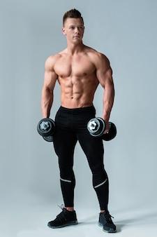 Bodybuilder avec haltères