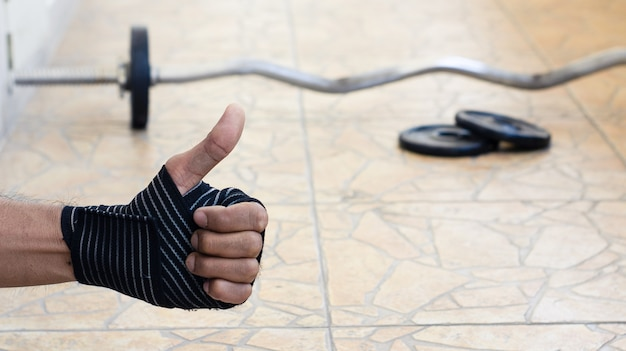 Bodybuilder homme attendre des exercices avec poids haltères puissance beaux exercices sportifs.