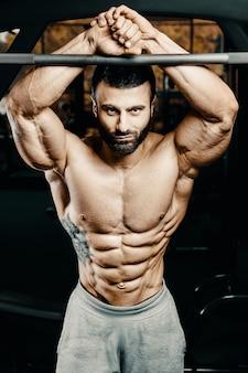 Bodybuilder homme fort pompage des muscles abdominaux