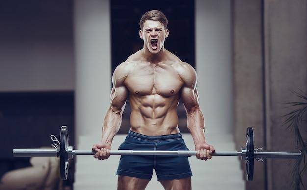 Bodybuilder homme fort, pompage des muscles biceps