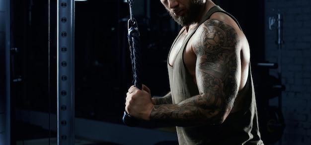 Bodybuilder incognito faisant des exercices croisés