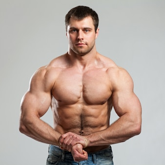 Bodybuilder montre ses biceps