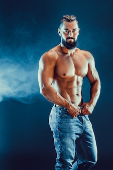 Bodybuilder posant. beau mâle sportif puissance.