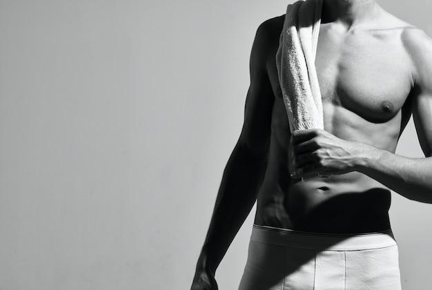 Bodybuilder posant la forme physique d'entraînement de torse musculaire