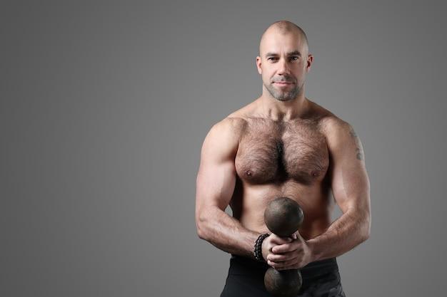 Bodybuilder posant et montrant les muscles