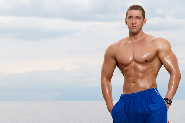 Bodybuilder sexy sur la plage