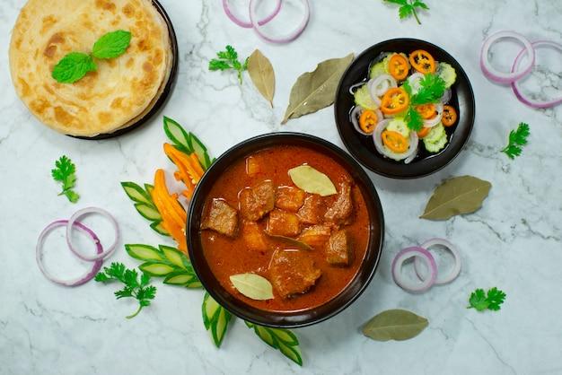 Boeuf au curry servi roti combinaison indonésienne style de cuisine malaisienne.
