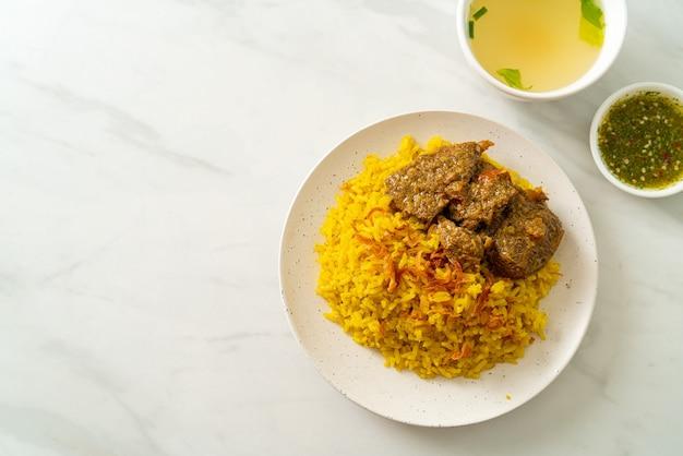 Boeuf biryani ou riz et boeuf au curry - version thaï-musulmane du biryani indien, avec riz jaune parfumé et boeuf - cuisine musulmane