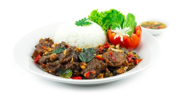 Boeuf braisé sauté au basilic épicé avec recette de riz cuisine thaïlandaise style fusion servi chil sauce de poisson décoration découpe légumes sideview