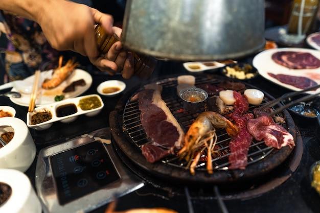 Boeuf et crevettes sur le grill au restaurant