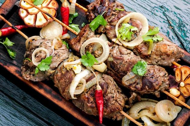 Bœuf grillé sur des brochettes de bambou